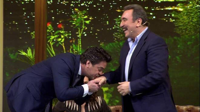 Ümit Besenin elini neden öptü?