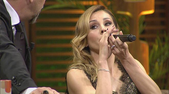 O nasıl mikrofon tutmak öyle, lahmacun yer gibi!