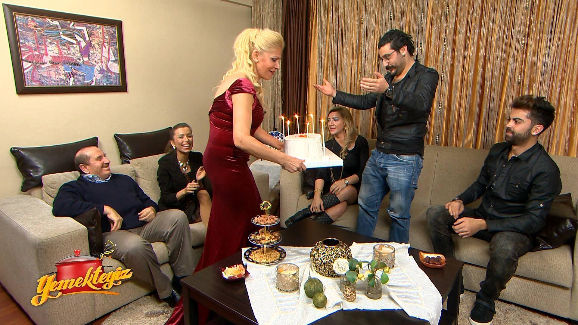 Nurdan Hanım'dan pastalı ve müzikli karşılama!