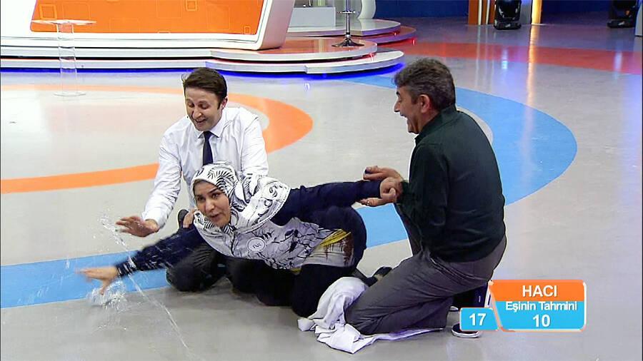 Zafer sarhoşu Filiz Hanım kendini yerden yere attı!
