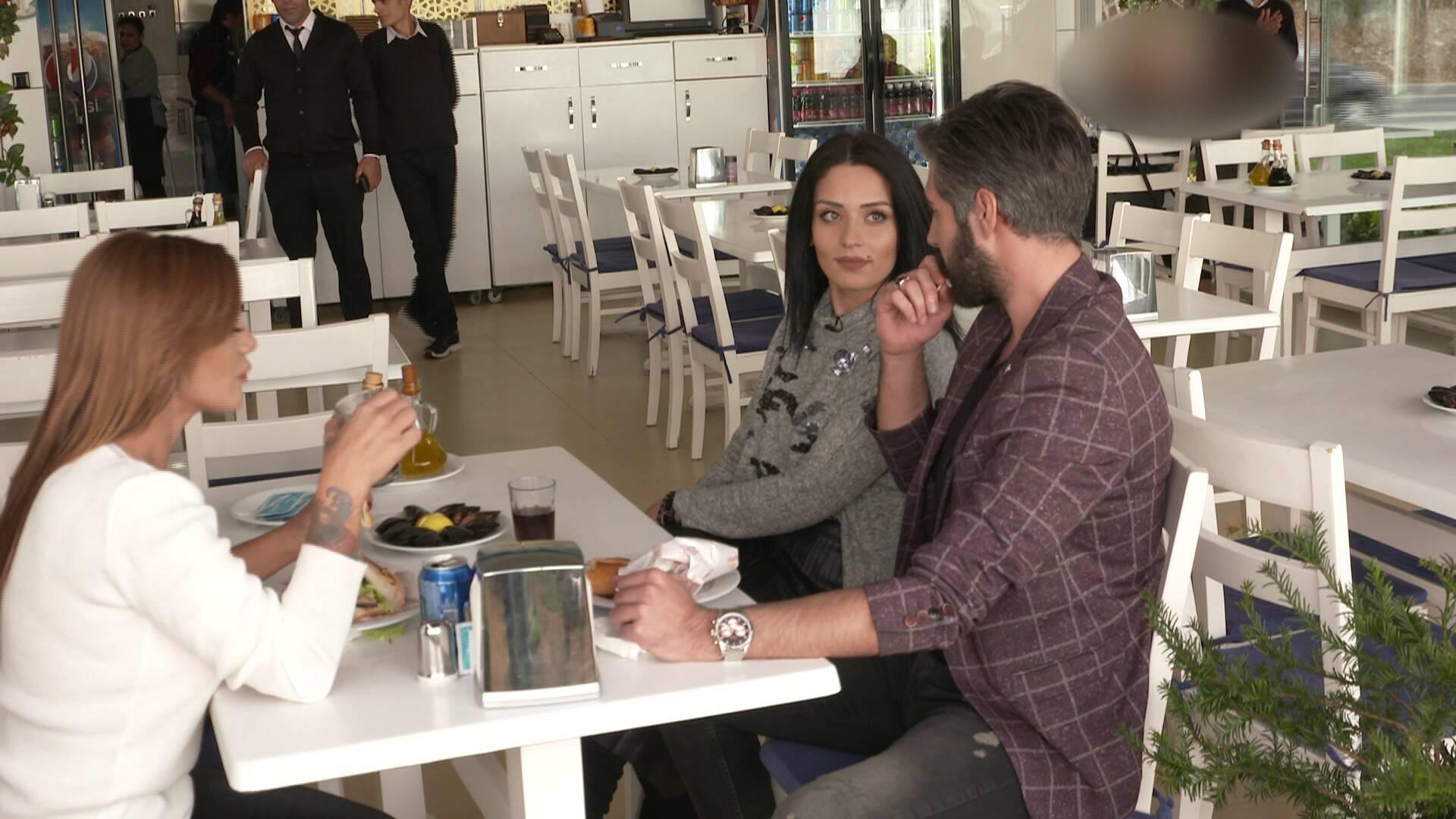 Hazal, Ayça ve Semih'i yemekte basıyor!