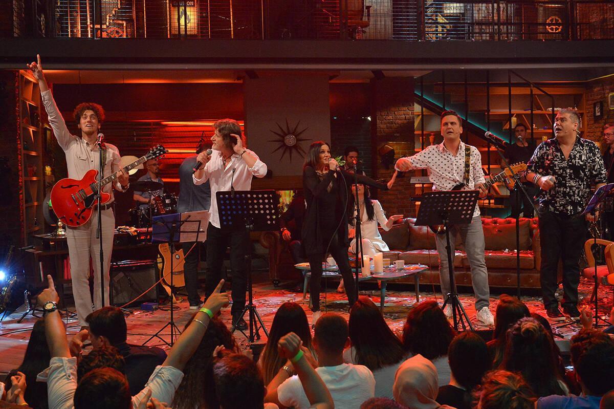 """Muhteşem bir ekip ve """"Senden Daha Güzel"""" şarkısı! (Beyaz Show Canlı Performans)"""