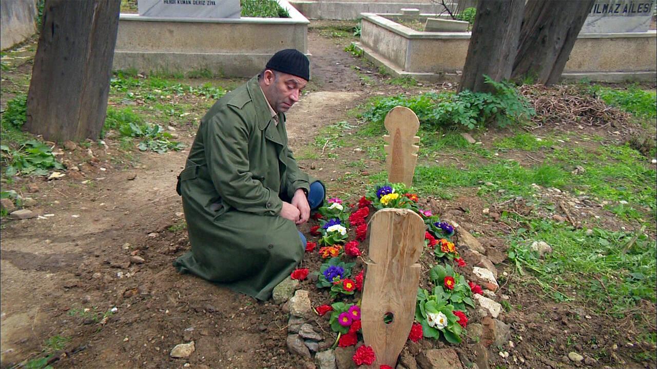 Mesut, Umut Bebeğin mezarının başında!