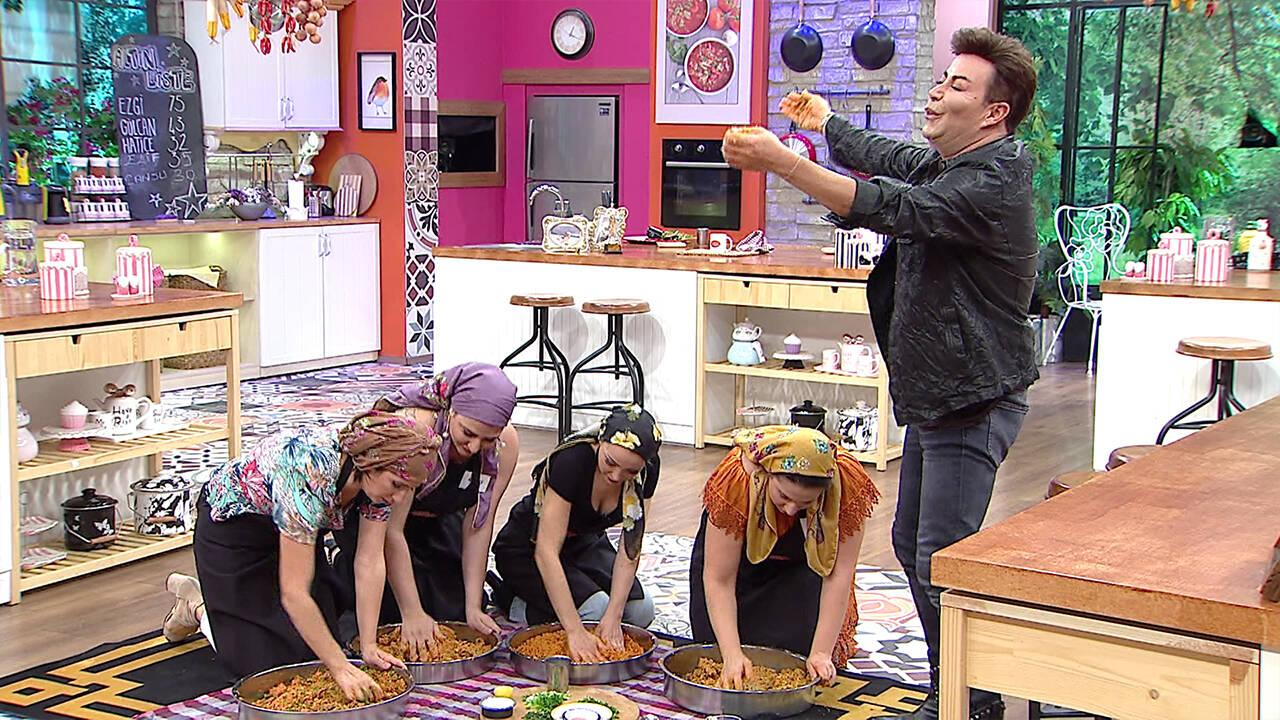 Mutfakta çiğ köfte partisi!