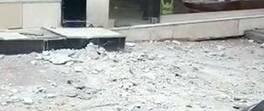 Apartmanın dış cephe kaplamasının düşme anı kamerada | Video