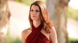 Beren, kırmızı elbisesi ile büyüledi