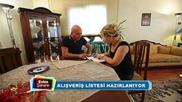 Selim Bey, Özkan Ailesi'nin salonunu yorumluyor
