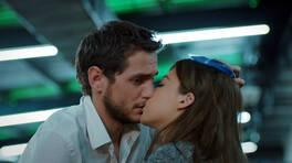 Sevgi'den beklenmeyen öpücük!