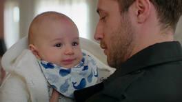 Cenk, bebeğini kucağına alıyor!