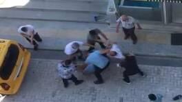 Son Dakika Haberleri: Sokak ortasında tekme tokat kavga ettiler | Video