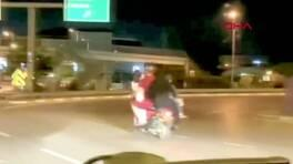 Trafikte tehlikeli yolculuk. Bir motosikletin üzerinde 5 kişi | Video