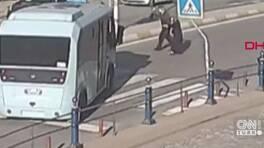 Minibüs şoförü yaşlı çift için yolu kapattı   Video